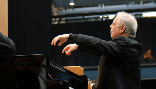 Daniel Barenboim plays and conducts Beethoven's Piano Concerto No. 3