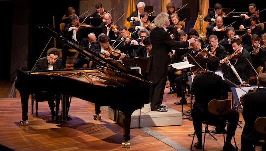 NUEVO: Sir Simon Rattle dirige Dvořák, Grieg, Ravel y Stravinski — Con Evgeny Kissin