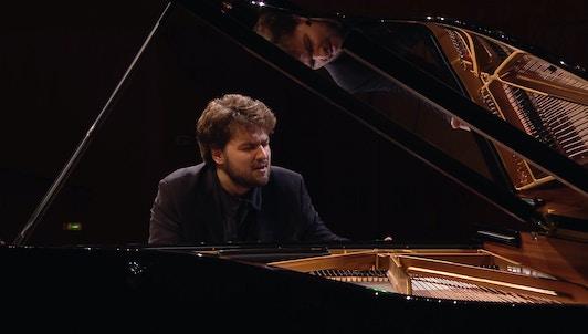 Lukas Geniušas interpreta la Sonata para piano n.° 5 de Prokófiev