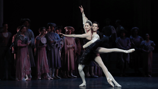 El lago de los cisnes de Nuréyev basado en Petipa, música de Chaikovski